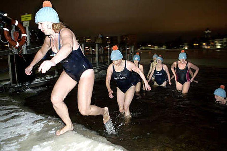 Kisapipot lämmittivät Oulujoen hyiseen veteen pulahtaneita avantouimareita tiistai-iltana.