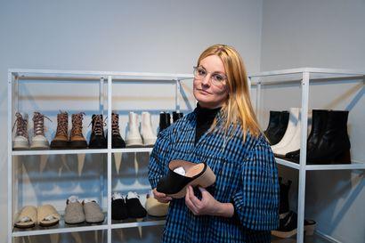"""Kun Suomi meni kiinni, huippusuunnittelija alkoi kuljettaa itse kenkiään asiakkaiden kotioville – """"Nyt jo huvittaa ajatus, että olen raahannut kenkiä New Yorkiin"""""""