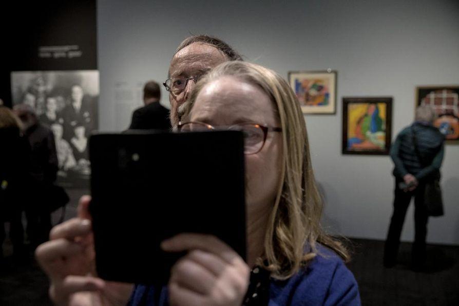 Amos Rexin näyttelyssä voi nauttia yllättävistä näkökulmista ja miettiä, mitä taide näyttää ja peittää. Professori Jukka Kemppinen ja vaimonsa, elokuvaohjaaja Päivi Hartzell napsivat ahkerasti kuvia.