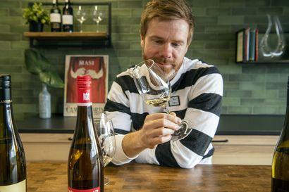 Viinimaisteri Tuomas Meriluoto kertoo, mikä on saksalaisten viinien suosion salaisuus – Virtuaalisessa viinitastingissä maistellaan kolmea Rieslingiä