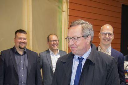 Elinkeinoministeri Mika Lintilä tutustui Pohjolan Tilaelementin tuotantolinjoihin perjantaina