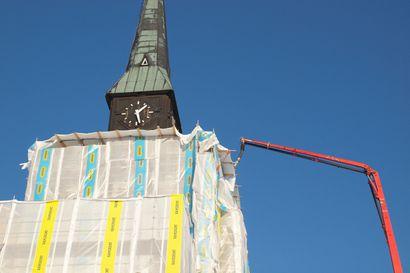 Kemijärven kirkon ulkopuolen peruskorjaus loppusuoralla – suurin urakka on ollut 20 metrin korkeuteen nousevat katon ja tornin korjaus