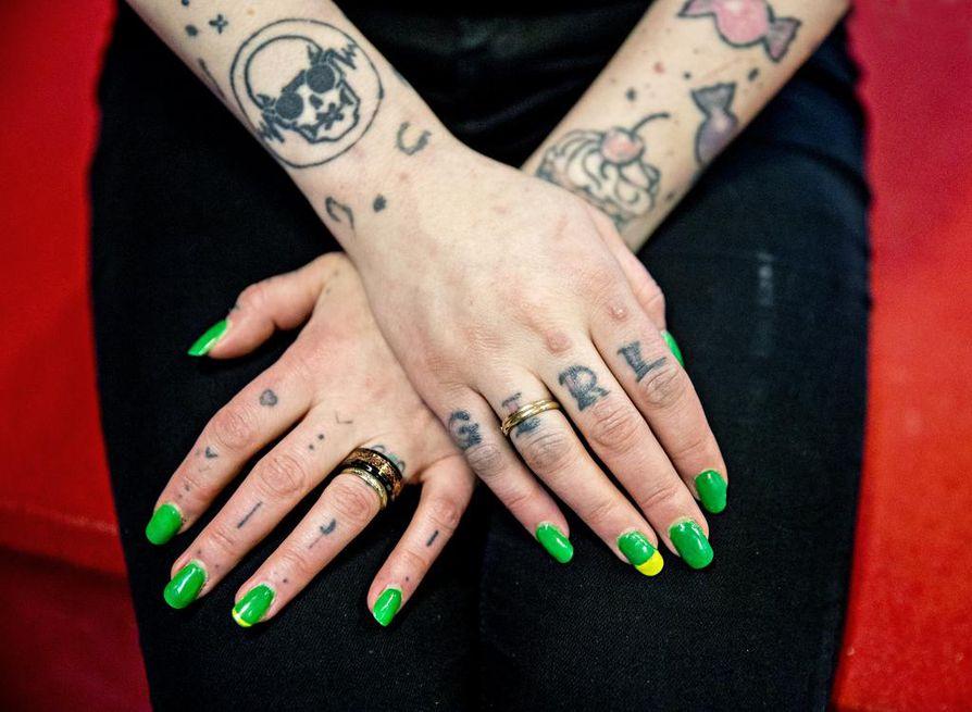 """Ensimmäiset tatuointinsa Saara-Maria Karlström-Rantala otti 16-vuotiaana, ja aivan ensimmäinen kuva, kylkeen hakattu pätkä piikkilankaa, kertoi syömishäiriöstä. Myöhemmin käsivarsiin on ilmestynyt esimerkiksi kuppikakkuja ja karkkeja, """"koska olen hirveän sokeririippuvainen""""."""