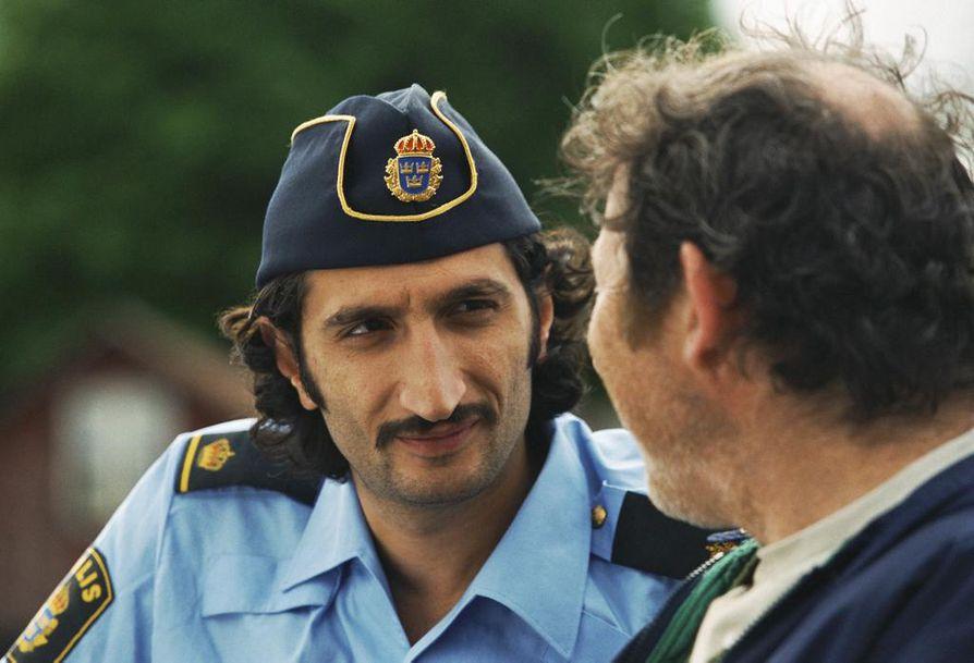 Jacob (Fares Fares) on yksi Högboträskin poliiseista, jotka alkavat elää vaarallisesti Kopps-elokuvassa, kun paikkakunnan poliisiasema aiotaan lakkauttaa. Syynä on, ettei rikollisuutta ei ole riittävästi.