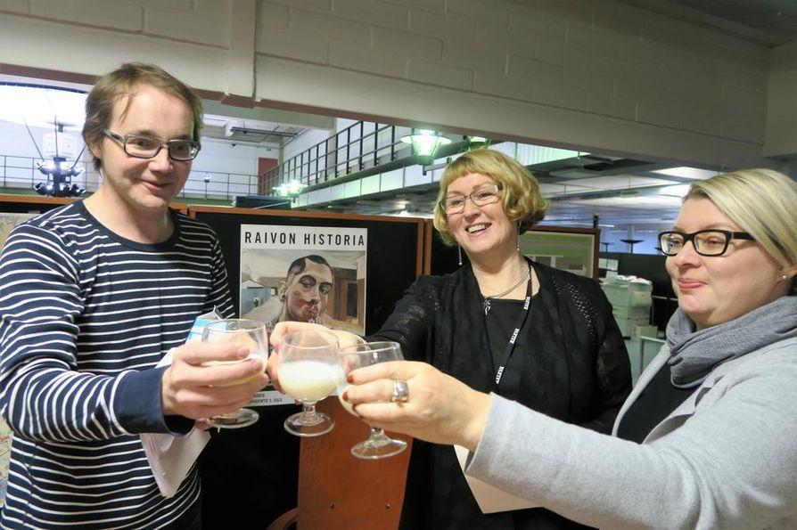 Henrik Ahola, Merja Daavittila ja Anna Mikkonen ovat maidon ystäviä.