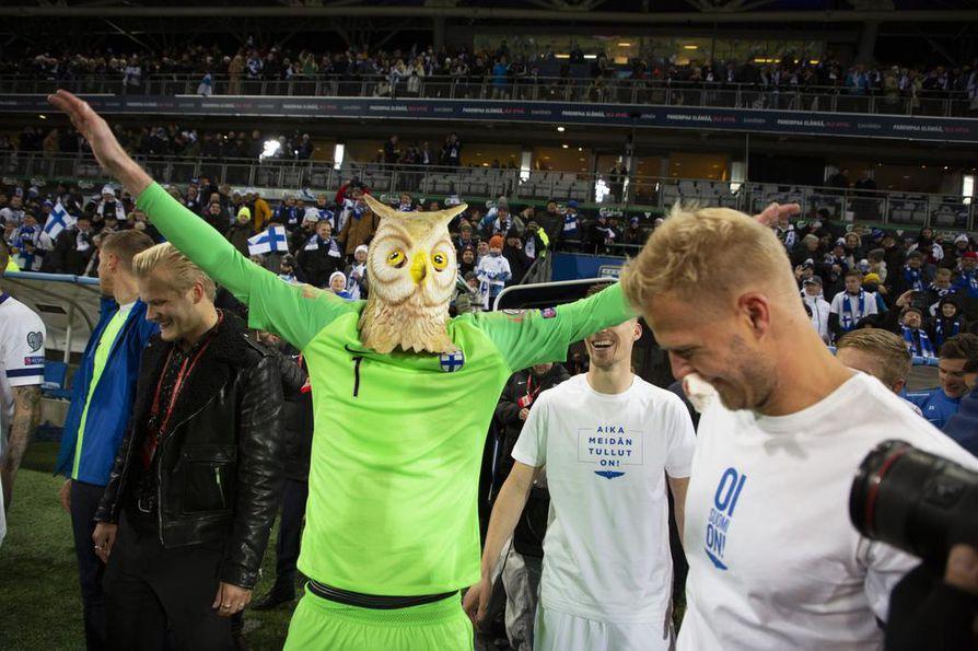 Maalivahti Lukas Hradecky pukeutui pöllöksi ottelun jälkeen perjantaina.