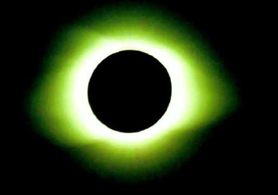 Kvanttien pimennys. Einstein oletti sähkömagneettisen säteilyn - siis myös valon - koostuvan kvanteista. Kuvassa auringonpimennys kuvattuna Kiinassa maaliskuussa 1997.