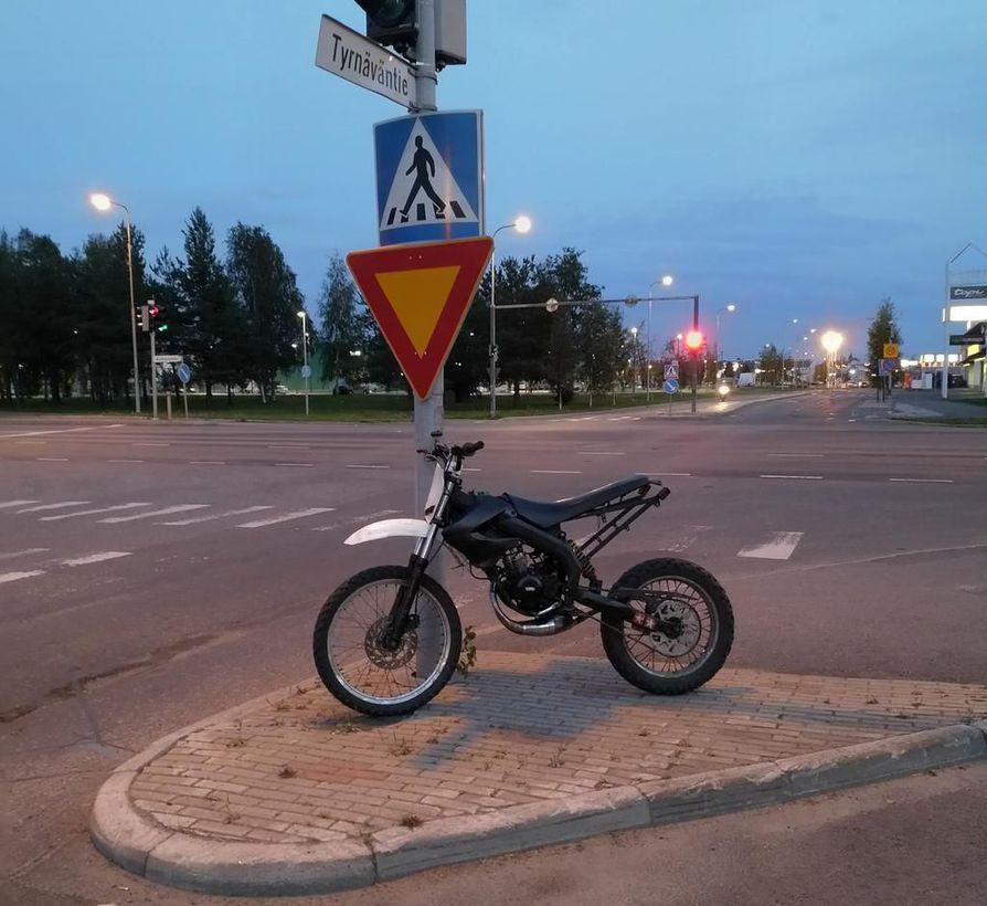 Poliisin takavarikkoon päätynyt mopo Oulussa. Poliisin mukaan ajokilla osallistuttiin mopoilijoiden tapaamiseen eli mopomiittiin.