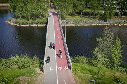 Toimittaja ajoi upean Linnabaanan pyörällä Linnanmaalta keskustaan kamera rinnassaan–video näyttää puolen tunnin matkan tapahtumat kuin pikakelauksella