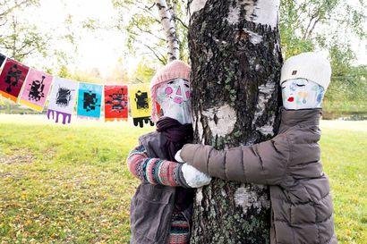 Koululaisten näyttely Saarenkylän kirjastolla ja kirjaston pihalla kertoo onnesta