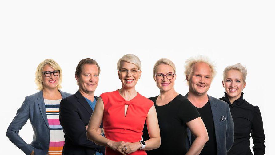 Tässä ovat Uutisvuodon uudet kapteenit vasemmalta oikealle: Katja Ståhl, Petteri Ahomaa, Laura Ruohola, Jani Halme ja Anna Perho. Baba Lybeck jatkaa ylituomarina.