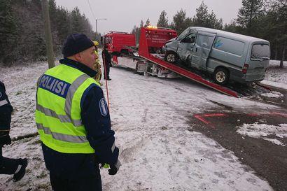 Yksi kuoli ja toinen loukkaantui vakavasti kuorma-auton ja pakettiauton kolarissa Inarissa