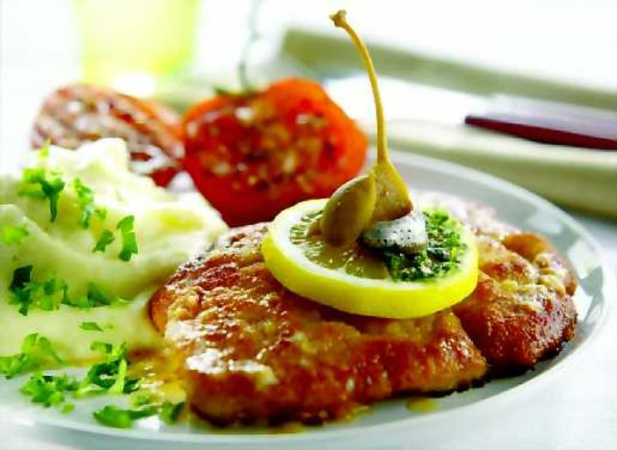 Monta koristelutapaa. Itävaltalaisten keittokirjojen mukaan wieninleike koristellaan sitruunanlohkolla ja persiljalla,  amerikkalaiset täydentävät ruoan vielä kapriksella ja anjoviskierukalla.