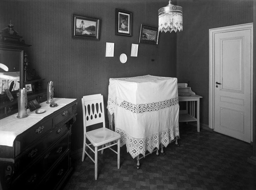 Kuva palvelijan huoneesta Mariankadulla Helsingissä sijainneen apteekkariperheen kodissa.
