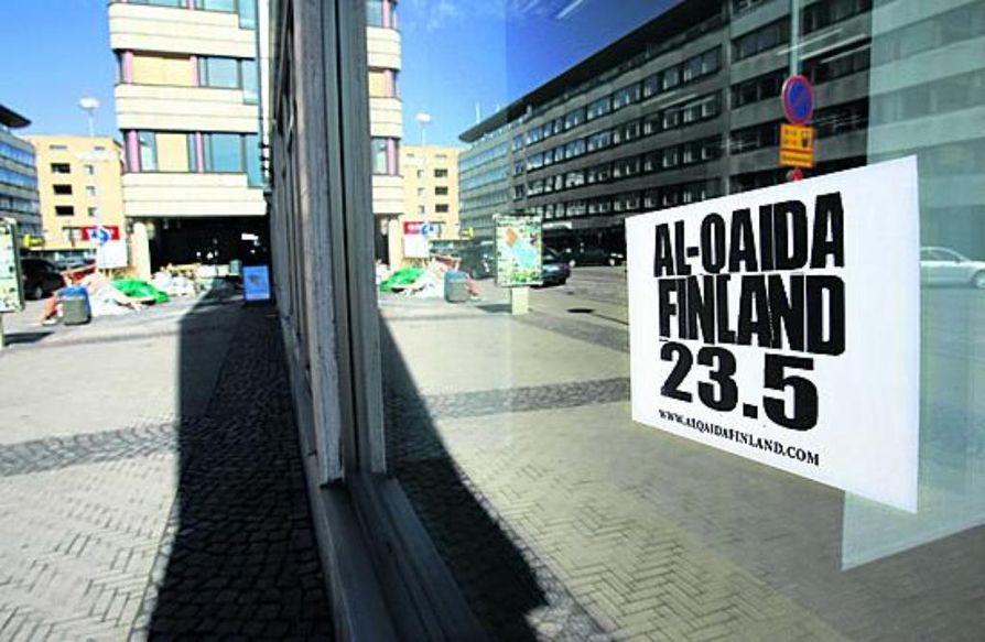 Monet kaupunkilaiset ovat hieraisseet silmiään Oulussakin. Entisen pankin seinään on liimattu   Al-Qaidaan viittaava Julma-Henrin & Syrjäytyneiden uuden levyn mainos.