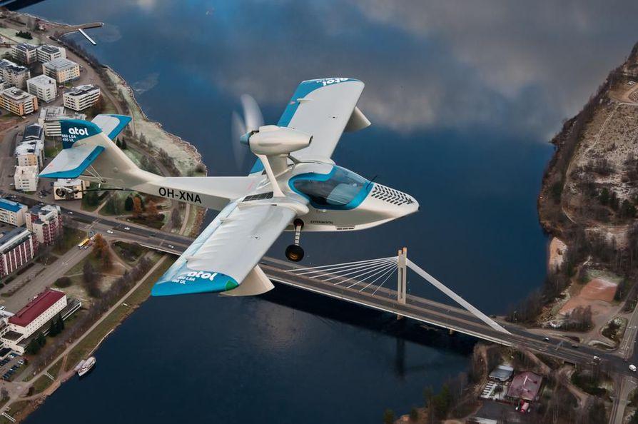 Atolin kone lentämässä Rovaniemen yläpuolella.