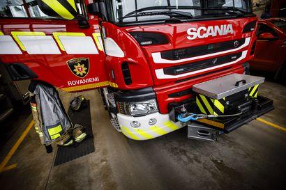 Auto syttyi tuleen ajon aikana Nelostiellä – Matkustajat ehtivät tyhjentää matkatavaroita turvaan