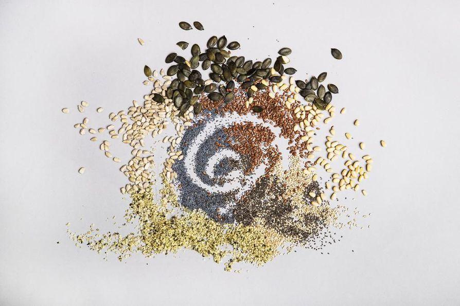 Tunnistatko kuvasta kaikki siemenet? Mukana on kahdeksan eri siemenlajiketta: auringonkukan-, pinjan-, chia-, seesamin-, hampun-, kurpitsan-, unikon- ja pellavansiemenet. Älä kurki viereiseltä sivulta vastauksia!