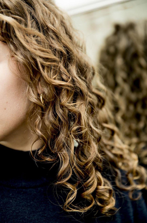 Ella-Riina Kangas alkuun kauhisteli korkkiruuvikiharaa, sillä hän pelkäsi sen lyhentävän hiusta merkittävästi. Nyt hän on ylpeä kiiltävistä ja hyväkuntoisista kiharoistaan.