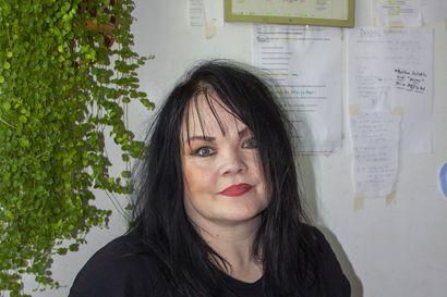 """""""Kirjan kirjoittaminen oli terapeuttinen matka"""" - Heli Luokkala-Nevalaisen omaelämäkerrallinen kirja on tehty myös kiitokseksi kaupunkilaisille."""