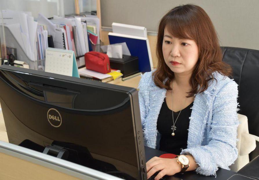 Kiinan varakkaita konsultoiva yrittäjä Doris Li tekee pitkiä työpäiviä. Hän pitää Kiinan yrityskulttuuria alkeellisena.