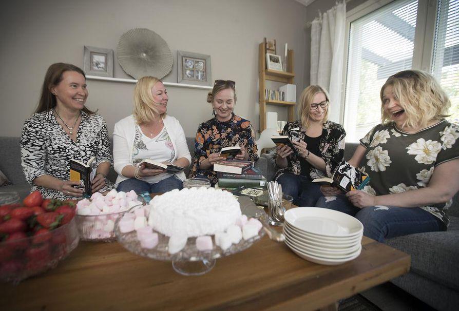 """Entiset ja osittain nykyiset työtoverit Tytti Tenhula, Tanja Kähkönen, Paula Vaskuri, Hanna Alaniska ja Merja Maikkola päättivät perustaa lukupiirin, jotta olisi taas """"yksi hyvä tekosyy"""" kokoontua. Myös hyvät tarjoilut ja kuohuviini kuuluvat asiaan."""