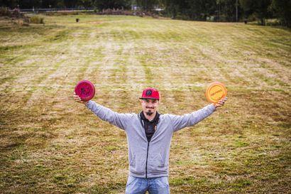 """Harrastajat rakensivat Rovaniemelle uuden frisbeegolfradan talkootyönä – """"Suosio on yllättänyt"""""""