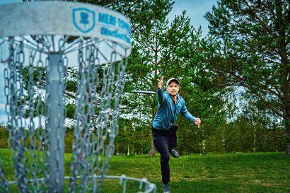 Kolme liikkujaa viettää kesällä laatuaikaa – Sakari Eirola frisbeekentällä,  Juha Sundelin rastien perässä ja Sanna Tarvainen tallilla poninsa kanssa