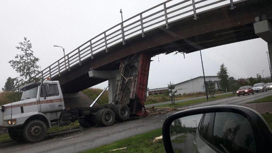 Kuorma-auton lava vaurioitti hiihtosiltaa Ritaharjussa.