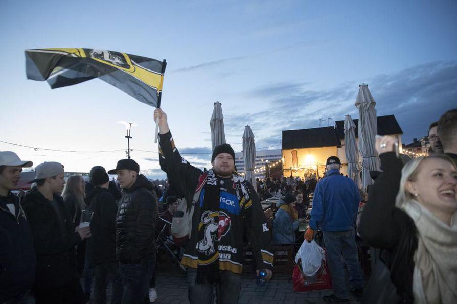 Torilla tavattiin jo torstai-iltana, mutta juhlat jatkuvat Oulussa vappuun asti.