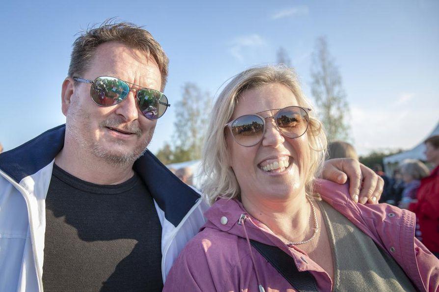 Kari ja Eva Alatorvinen juhlivat Karin syntymäpäivää Kuuska soi -festivaaleilla.