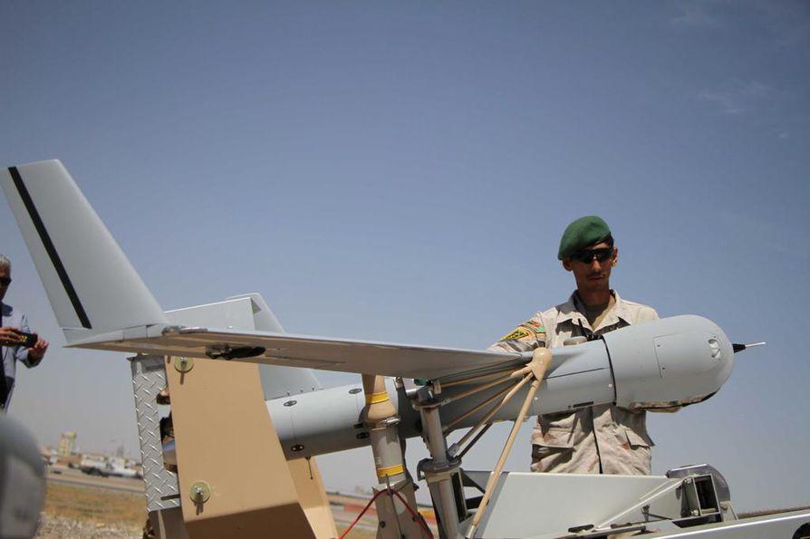 Afgaanisotilas valmisti lennokkia lähtökuntoon Nato-harjoituksessa Afganistanin Heratissa toukokuun lopussa.