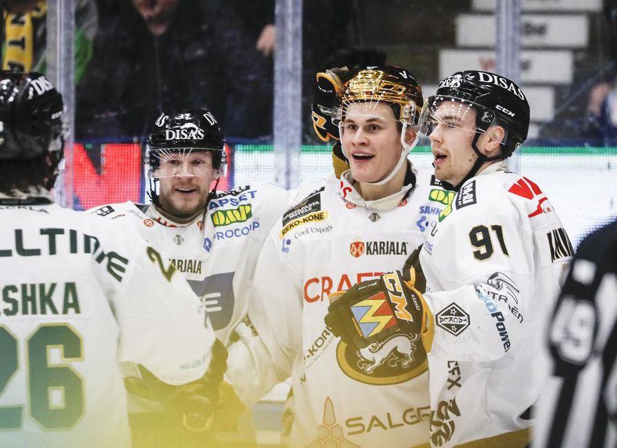 Jesse Puljujärvi (kesk.) laukoi Kärppien voittomaalin kärkiottelussa Ilvestä vastaan.