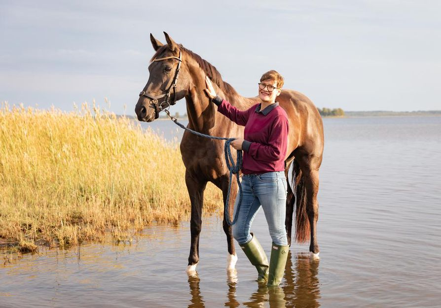 Valokuvaaja Kati Leinonen hevosensa Maisan kanssa Äimäraution rauhallisissa tunnelmissa.