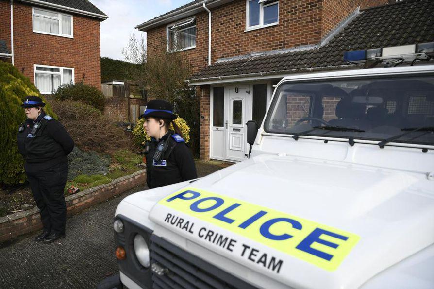 Poliisit partioivat Salisburyssa talon edessä, jossa Sergei Skripal asui.