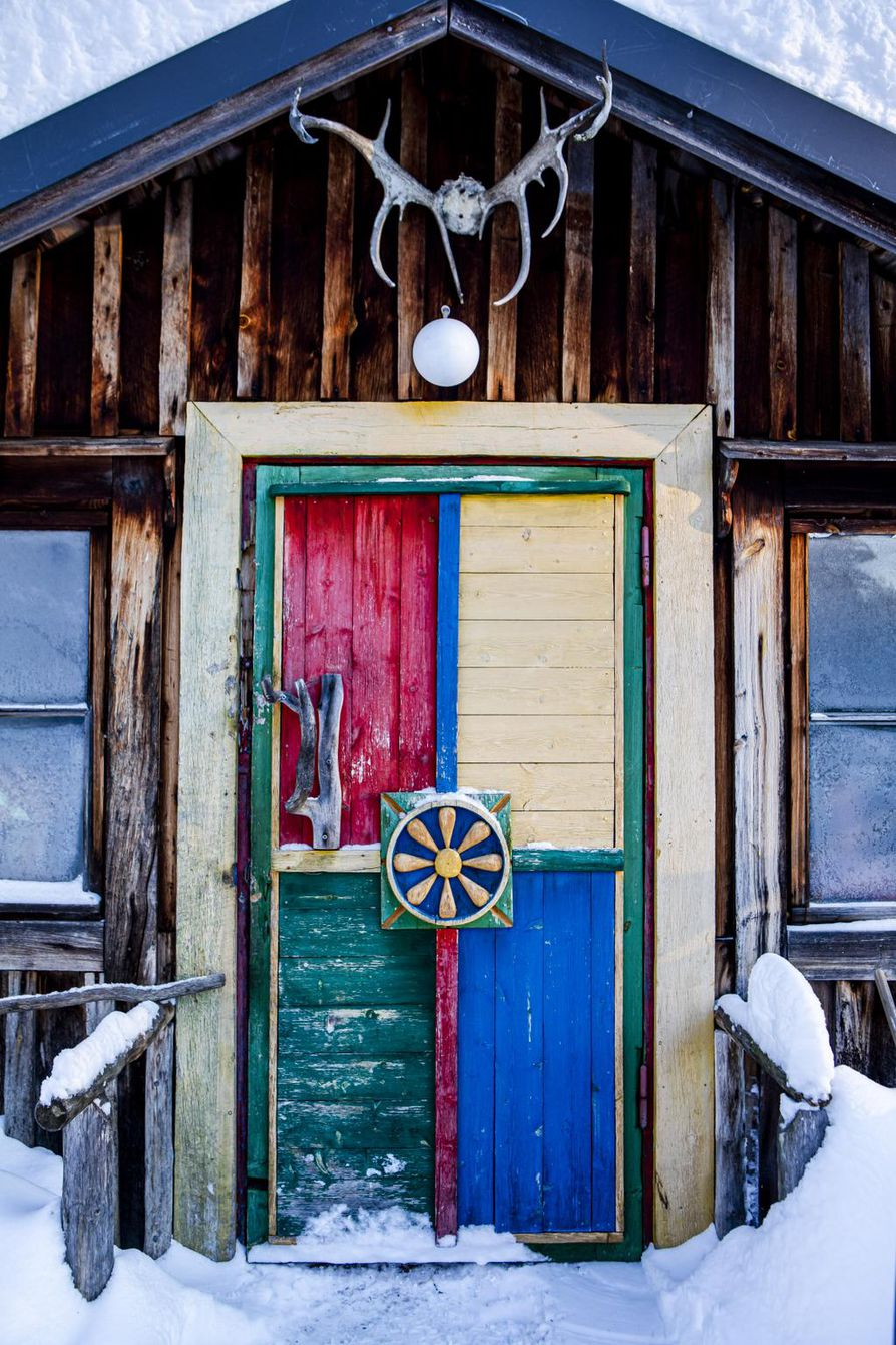 Jo ovi kertoo, että sen takana asuu taiteilija.