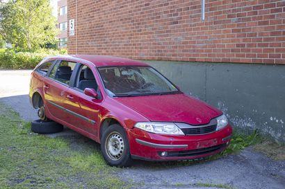 Pihaan hylätty auto ihmetyttää asukkaita - Kaupunki voi pyynnöstä siirtää ajoneuvon myös yksityiseltä alueelta.