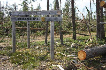 Yhteishenkeä ja lämmintä kättä myrskyn puintiin – ministeri Leppä kävi tutustumassa Koillismaan myrskytuhoihin