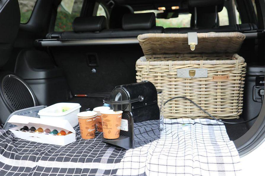 Kapselikeitin valmistaa matkakahvit hetkessä, ja virtaa saa takakontin pistorasiasta. Todellinen pop-up-kahvila!
