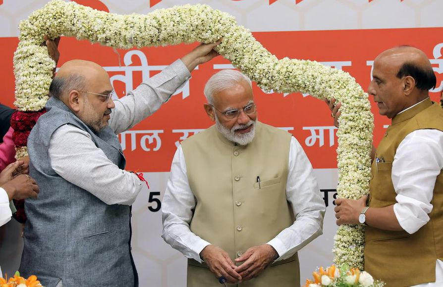 Narendra Modi (kesk.) jatkaa Intian pääministerinä. 68-vuotiaalla Modilla on vahvan johtajan maine.