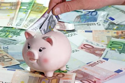 """Suomalaisten taloustaidot ovat kehittyneet pelkästä """"seiniin sijoittamisesta"""", mutta talletukset pankkitileille syövät yhä säästöjä"""