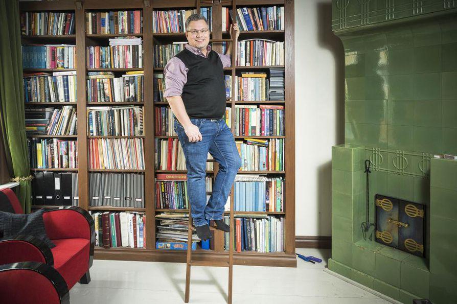 Turussa asuva kuusamolaislähtöinen kirjailija Tommi Kinnunen työstää kirjojen lisäksi vuonna 1882 rakennettua puutalokotiaan.