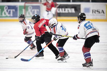 Puolen vuoden odotus on ohi - RS-turnaus käynnistyi jäähallissa Raahen Jääkiekkoklubin ja muiden seurojen juniorit pääsivät vihdoin tositoimiin kaukalossa.