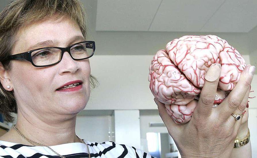 """Aivojen otsa- ja ohimolohkot vaurioituvat herkimmin. """"Otsalohko tekee meistä hyvin käyttäytyviä aikuisia. Kun se kolahtaa, meistä voi tulla äksyilijöitä"""", Satu Winqvist sanoo."""