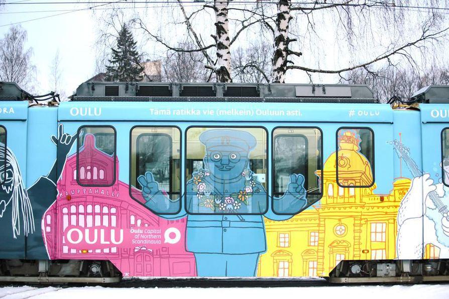 Oulu näkyy ratikan ulkoasussa.