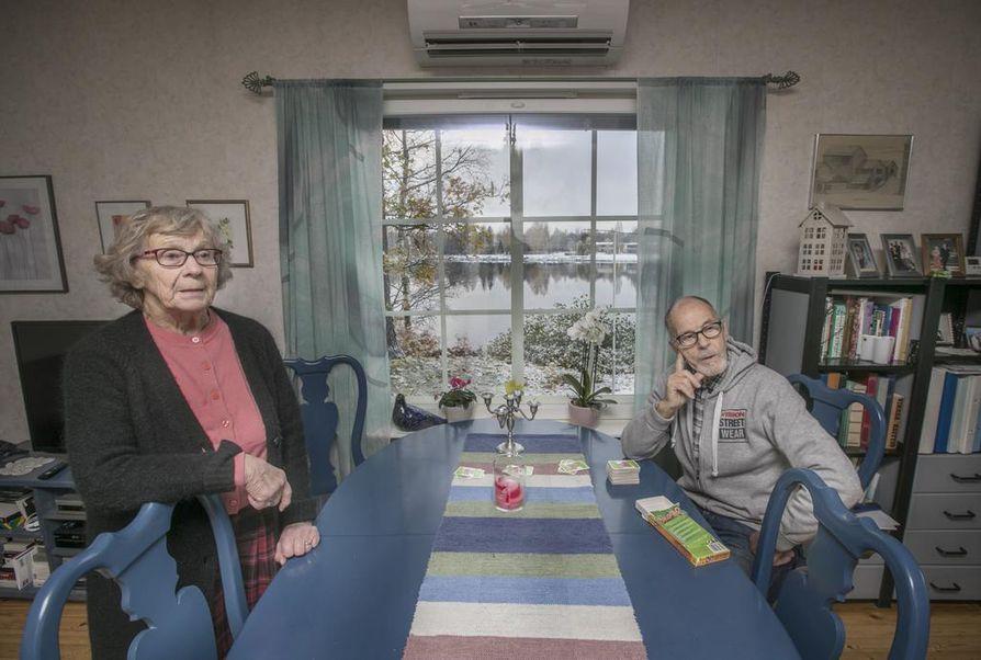 Maila ja Reino Onterosta tuntuu, että asukkaat pyyhkäistään pois. Sekin harmittaa, jos kulttuurimaiseman sijaan rannalle nousee betonimöhkäle. –Tämä pitää saada riitautettua, Maila Ontero sanoo.