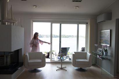 Haukiputaalaispariskunnan kodin lähes jokaisesta ikkunasta näkyy Kiiminkijoki–16-kulmaisessa talossa on avaruutta ja tilaa hengittää