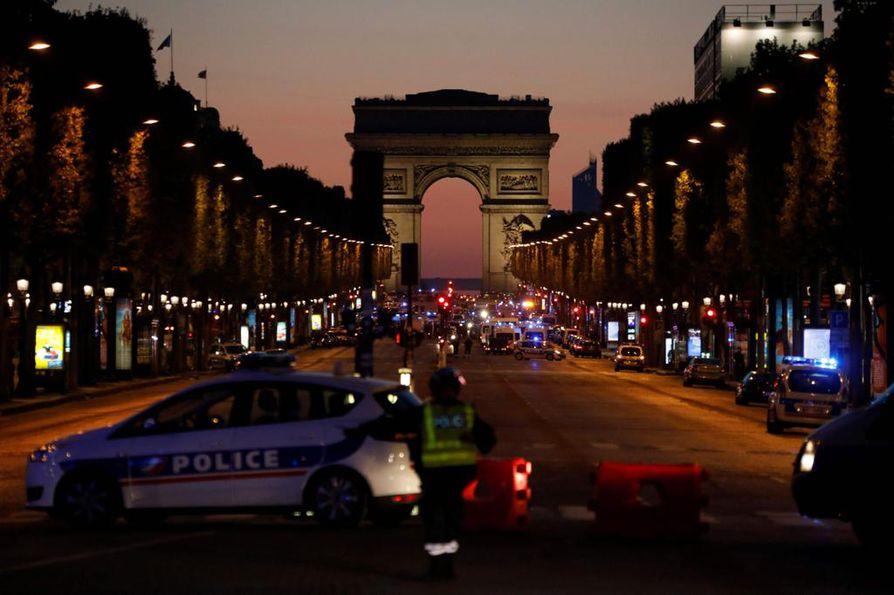 Poliisit eristivät Champs-Elyseen torstai-iltana.
