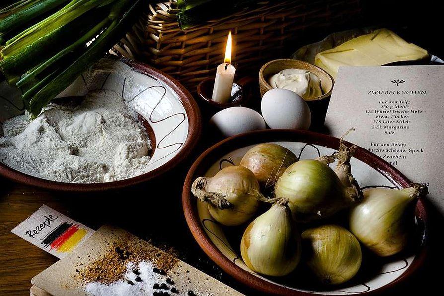 Sipuleista syntyy tuhti syysiltojen piiras, Zwiebelkuchen.