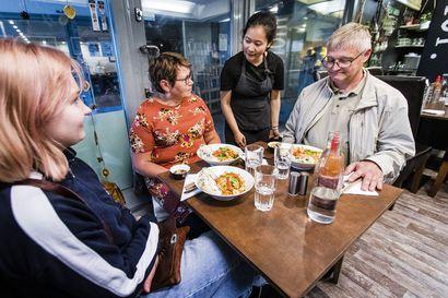 """Noutopöydät palasivat ravintoloihin ja yökerhot availevat oviaan – """"Ainakaan vielä ei ole niin paljon letkajenkkaa vedetty, että se olisi pitänyt katkaista"""""""